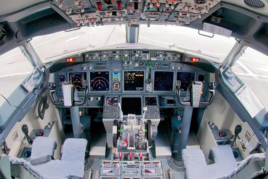 S7_Airlines_Boeing_737-8ZS_flight_deck_Beltyukov.jpg